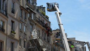 Les sapeurs-pompiers suspendus à des cordes